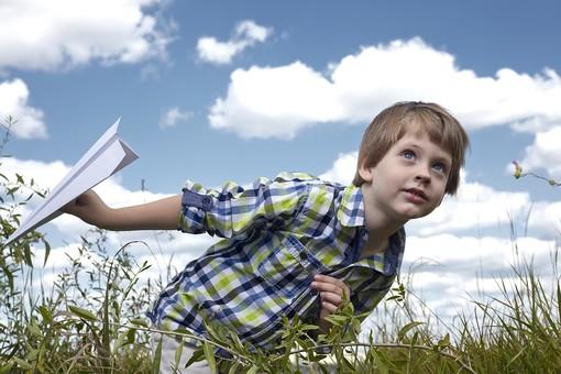 自然 青空 空 雲 青 グラデーション 晴天 天気 晴れ 紙 紙飛行機 飛行機 工作 作る 折る 作品 飛ぶ 飛ばす 投げる 白 人物 外国人 子供 小人 男の子 植物 緑 草 野草 雑草 背景 室外 屋外 かがむ mdmk014