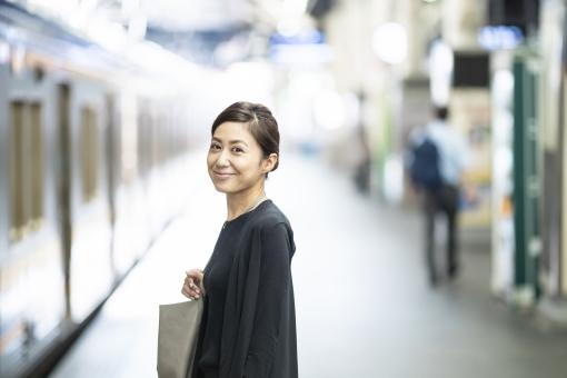 電車に乗る女性の写真