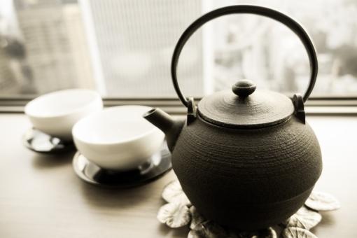 休息 お茶 緑茶 急須 窓 鉄 茶碗 リラックス 高層ビル ホテル 泊まる マンション 渇き 潤い ウィンドウ セピア 鍋式 食器 お湯 白湯 水