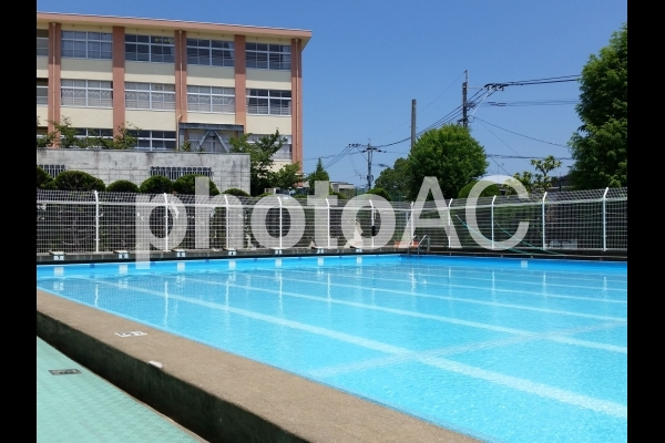 小学校のプールの写真