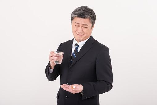 男 日本人 男性 男の人 40代 50代 壮年 会社員 社長 部長 課長 係長 ビジネスマン サラリーマン スーツ ネクタイ 白髪 お父さん 恰幅がいい 白バック 白背景 ポーズ  胃薬 風邪薬 持病 体調 管理 水 飲む サプリメント 嫌 中年 中高年  シニア mdjms013