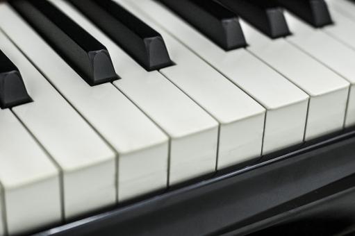 ピアノ 鍵盤 黒鍵 白鍵 黒光り 反射 光沢 斜め 使用感 アップ アンティーク ヴィンテージ 学校 合唱 音楽 楽器 オシャレ 習い事 ピアノの発表会 エレガント エレガンス 美しいコントラスト