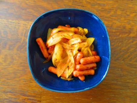 sausage ソーセージ いためもの 炒め物 玉ねぎ たまねぎ おかず 朝食 あおい皿 青 健康的 ミニソーセージ sausage breakfast ウィンナー ブレックファースト 惣菜 そうざい 血糖値低下 ノンオイル 簡単料理