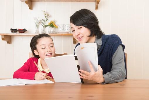 人物 日本人 家族 ファミリー 親子  母子 お母さん おかあさん ママ 子供  こども 娘 女の子 小学生 勉強  学習 教育 宿題 家庭学習 部屋  リビング テーブル 見守る 教える 指導 コミュニケーション 笑顔 優しい ノート 確認  mdjf017 mdfk014