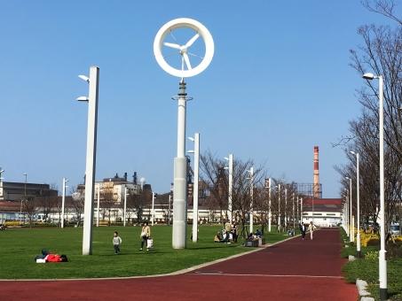 北九州 小倉 福岡 青空 工場 日曜日 のんびり 遊ぶ 公園 グリーン 緑 風 爽やかな 陽射し 暖かい日 子ども 複数人 エコロジー エネルギー問題 エネルギー相会合 エネルギー大臣会合 g7 サミット 太陽光発電 風力発電 芝生 イベント広場