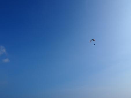 パラグライダー スカイ スカイダイバー スカイダイビング ペルー カヤオ 海外 外国 青空 太陽光 太陽 光 雲 白い スポーツ スカイスポーツ