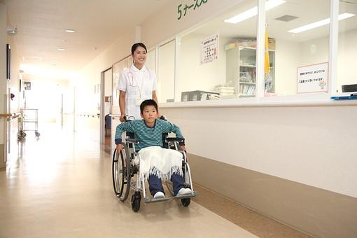 白衣 病院 医院 医療 ナース 看護師 看護婦 患者 車椅子 子供 入院 ナースステーション 廊下 押す 看護 世話 男の子 笑顔 散歩 日本人 mdmk003 mdjf034