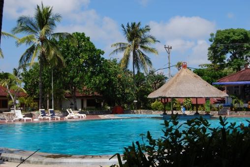 リゾートホテル プール バリ島 アジアン 東南アジア プールサイド 風景 景色 快晴 夏 7月 8月 藁葺き屋根