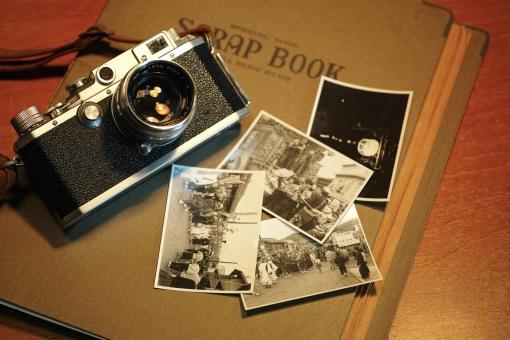 カメラ 写真 思い出 アルバム モノクロ アンティーク クラシック スクラップブック 骨董 ノスタルジー 想い出 古いカメラ camera 銀塩写真 フォーカルプレーンシャッター album 遺品