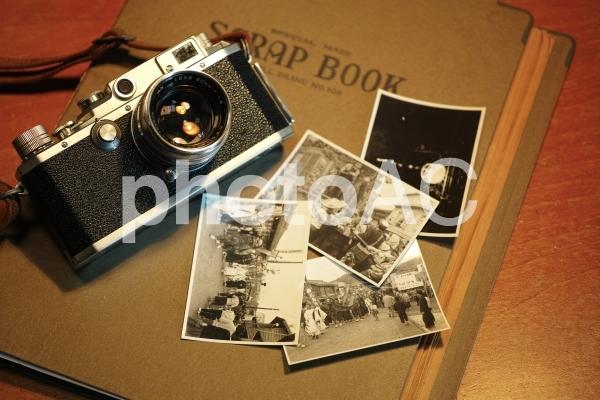 古いカメラとアルバムの写真