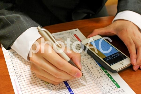 ビジネスマンの確定申告2 電卓の写真
