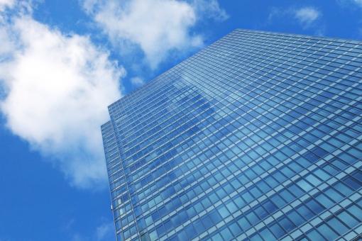 青空とオフィスビルの写真