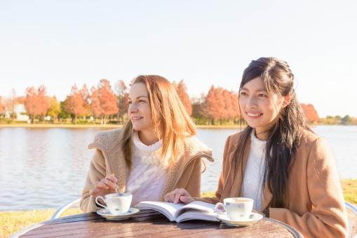 池の畔でお茶を飲む外国人観光客2の写真