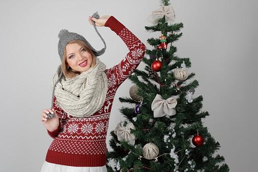 白バック 白背景 グレーバック 外国人 白人 金髪 ブロンド 20代 30代 女性 セーター ニット ノルディック柄 スカート クリスマス Christmas X'mas クリスマスツリー ツリー モミ もみの木 樅の木 モミの木 飾り オーナメント ボール リボン ブーツ 松ぼっくり 立つ スヌード マフラー 寒い 上半身 ニット帽 耳あて 耳あて付きニット帽 カメラ目線 mdff129