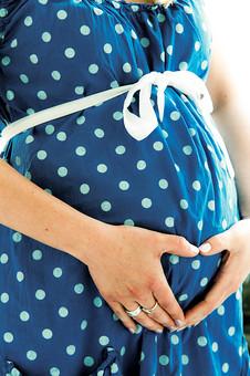 外国人 モデル 女性 女 妊婦 妊娠 臨月 ママ マタニティ お母さん お腹 胎動 青色 ワンピース 水玉 白い紐 幸せ 愛 出産  金髪 自然 風景 景色 大きなお腹 手 指輪 光 ハート 手で作ったハート 母 家族