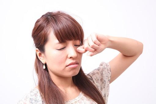 人 人間 人物 人物写真 ポートレート ポートレイト 女性 女 女の人 若い女性 女子 レディー 日本人 茶髪 ブラウンヘア セミロングヘア  白色 白背景 白バック ホワイトバック  手 指 ポーズ 手のポーズ  肘を曲げる  装身具 ピアス アクセサリー こする 目をこする 眠い 眠たげ 眠たい mdfj012