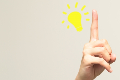 ヒント 思いつく 手 助ける 発見 女性 アイデア 正解 解決 思考 指 人差し指 天才 勉強 セミナー 疑問点 クエスチョン 問題 光 電球 ライト ピンポン ビジネス 仕事 ポイント アップ 思いつき 閃き ジェスチャー ひらめき