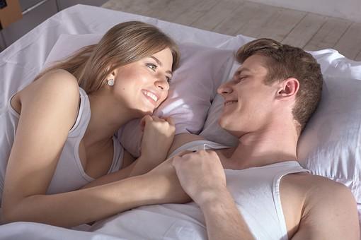 人物 外国人 外人 カップル 恋人  夫婦 大人 男女 20代 30代  モデル 生活 暮らし 屋内 室内  部屋 寝室 ベッドルーム ベッド 朝  目覚め 眠り 信頼 愛 LOVE  ラブラブ 幸せ ハッピー 幸福 笑顔 語らい 寄り添う  mdfm059 mdff103