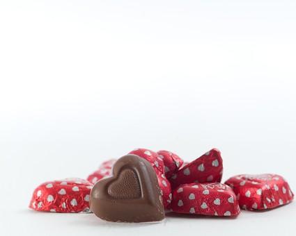 バレンタイン バレンタインチョコ チョコレート ショコラ ハート型 ハート ハート柄 ドット 柄 チョコレートホイル メタリック 赤 レッド 銀紙 包み紙 アルミ箔 包装紙 ギフト プレゼント 贈り物 ラッピング 背景 しろ かわいい キュート 個装 白背景 白バック