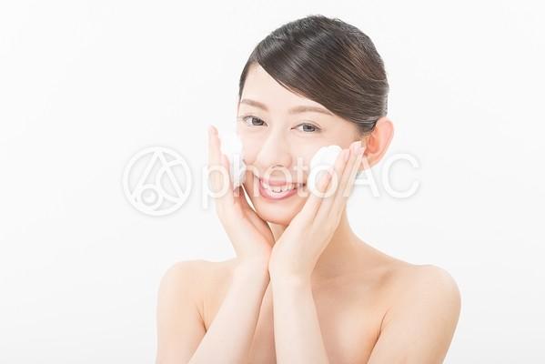 洗顔する女性4の写真