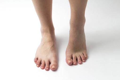 足 脚 あし フット 生足 裸足 素足 女性 女 女子 ウーマン 立つ 起立 20代 30代 足元 脚の甲 足の甲 フットケア 両脚 両足 人物 若い 若者 美容 ヘルスケア 足の爪 肌 スキンケア 白背景 足の指 ファッション