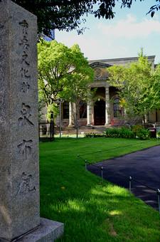 日本 関西 大阪 泉布観 重要文化財 伝統 歴史 古い 建物 建築 建築物 施設 自然 植物 木 樹木 緑 芝生 空 ヴェランダ・コロニアル様式 無人 室外 屋外 風景 景色 景観
