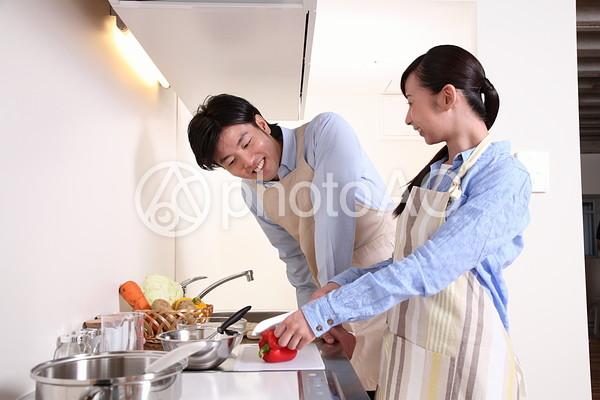 料理をする夫婦2の写真
