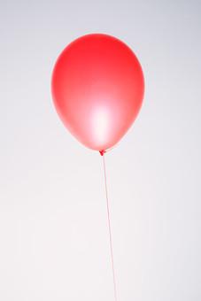 風船 バルーン 小物 雑貨 ふわふわ  浮く イベント 行事 パーティー 1個 1つ 赤 屋内 室内 白バック 白背景 無地 漂う 紐 ひも アップ 素材 明るい ポップ 鮮やか ビビッド