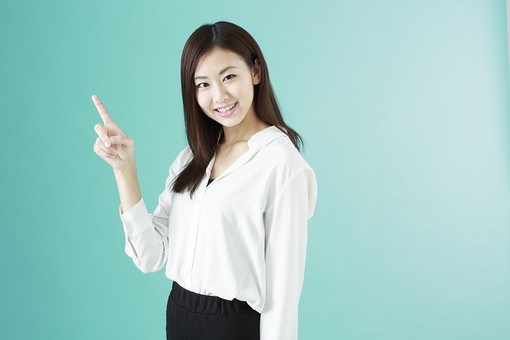 人物 日本人 女性 若者 若い 20代 かわいい 清楚 ロングヘア 長髪 ブラウス シャツ 白 屋内 スタジオ撮影 背景 緑 グリーンバック おすすめ ポーズ 表情 上半身 指さす 指差し 上 ポイント 案内 アドバイス 説明 注目 笑顔 スマイル mdjf009
