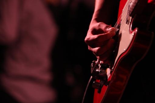 ライブ ライブハウス 音楽 楽器 ミュージック 演奏 演奏家 演奏会 発表会 コンサート 披露 クラブ ステージ 趣味 イベント 道具 機材 装置  プレー パフォーマンス プレイ 弾く 生演奏 会場 ミュージシャン アーティスト 人物 手 ギター ベース 弦 ライト 照明 スポットライト