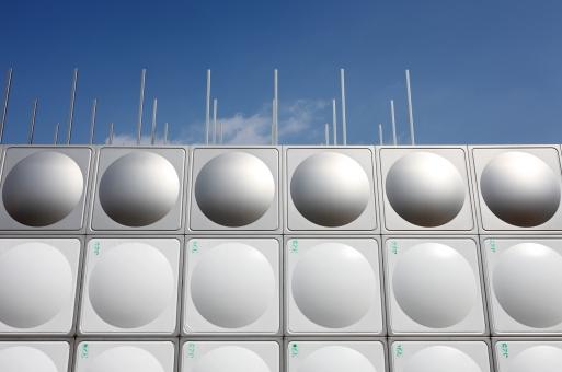 建物 貯水槽 槽 タンク 給水 給水タンク 給水塔 貯水タンク 貯水 金属 ステンレス ステンレスタンク スチール メタリック パネル 空 晴れ 青空 屋外 建造物 設備 設置 建設 銀色 灰色 壁 新しい