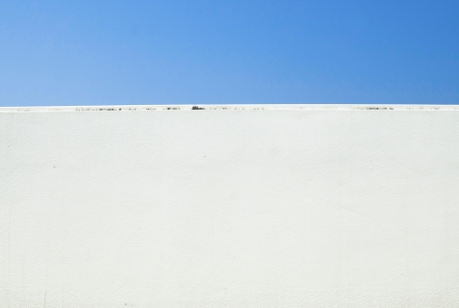 青空 壁 晴れ 青 白 コンクリート かべ カベ 背景 素材 背景デザイン 文字スペース コピースペース テキストスペース バック バックグラウンド バックイメージ スペース 野外 屋外 街角 空間 爽やか テクスチャ