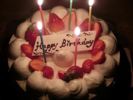 誕生日ケーキ バースデーケーキ ホールケーキ ロウソク ろうそく 誕生日 お祝い ショートケーキ イチゴ いちご バースデー birthday celebrate スイーツ デザート ホイップ 生クリーム ケーキ cake 甘い パーティー 火 食べ物 たべもの 行事 苺