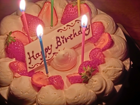 誕生日ケーキ バースデーケーキ ホールケーキ デコレーションケーキ ロウソク ろうそく 生クリーム ホイップクリーム いちご 苺 イチゴ 飾り お祝い パーティー 誕生日会 スイーツ 洋菓子 生菓子 お菓子 食べ物 たべもの 可愛い アップ 火 暗い 室内 記念日 甘い cake アート