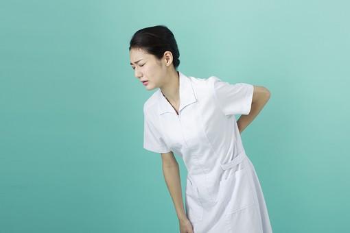 人物 女性 日本人 20代 30代   仕事 職業 医療 病院 看護師  ナース 医者 医師 女医 薬剤師  白衣 看護 屋内 スタジオ撮影 背景  グリーンバック おすすめ ポーズ 上半身 腰 痛い 腰痛 ぎっくり腰 屈める mdjf010