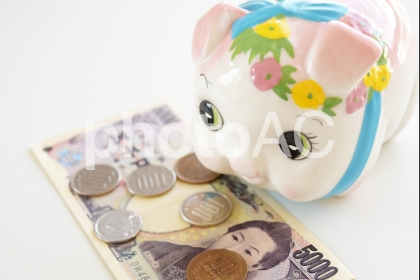 豚の貯金箱と現金5の写真