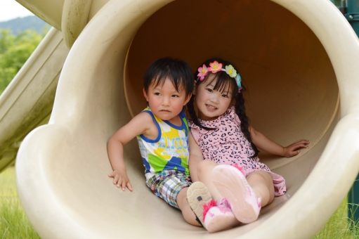 男の子 女の子 子供 子ども こども 子供たち 子供達 遊ぶ 滑る すべりだい 滑り台 公園 仲良し くっつく 笑顔 楽しい 日本人  mdfk023