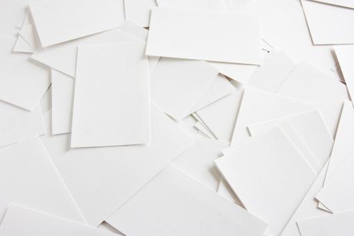 カード 白紙 白い紙 名刺サイズ 背景 バックグラウンド 素材 背景素材 壁紙 イメージ 台紙 下地 ビジネス エコ リサイクル ペーパー 紙 用紙 大量 白紙撤回 データ消去 フォーマット リセット 情報 仕事 作業 個人データ データ処理 散乱 煩雑