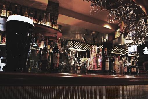 アルコール 酒 リキュール カウンター バー ビール グラス サーバー ギネス 黒ビール 店 カクテル シェーカー 店内 室内 飲む 飲み物 ドリンク ボトル 瓶 照明 ガラス ネオン 看板 スピリッツ