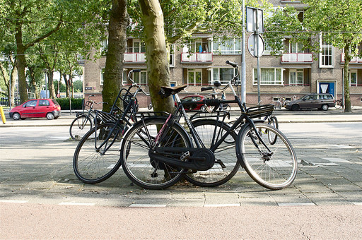 オランダ Holland アムステルダム 欧州 自転車 自転車置き場 乗り捨て 2輪車 通勤手段 街並み 駅 公園 自然 乗り物 サイクリング ペダル サドル 運転 街中 街路樹 市街地 道路脇 交通手段 日常生活 タイヤ
