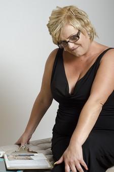 人物 女性 外国人 外人 外国人女性   外人女性 大人 モデル 中年 中年太り 太った 肥満 ぽっちゃり ポートレイト ポートレート 屋内 スタジオ撮影 白バック 白背景 ショートヘア 金髪 ブロンド 上半身 ドレス 黒 眼鏡 めがね ファイル バインダー 記録 記入 書く mdff034