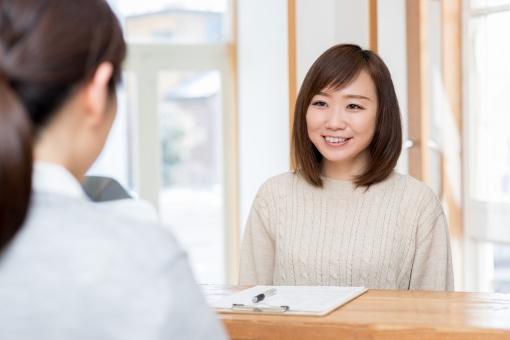 受付で話を聞く女性の写真