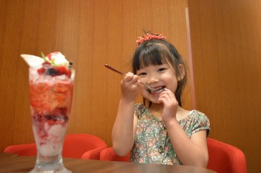 パフェ 食べる 子ども 子供 こども おしゃれ 外食 スイーツ 女の子 喜ぶ 美味しい デザート