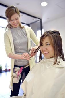 人物 女性 日本人 若い 若者   20代 お客 モデル カットモデル 美容室   美容院 ヘアーサロン  仕事 職業 美容師   屋内 お店 店内 カット ヘアカット セミロング   美容 ビューティー おしゃれ オシャレ 湿らす ブロッキング 髪の毛 切る mdjf003 mdjf025