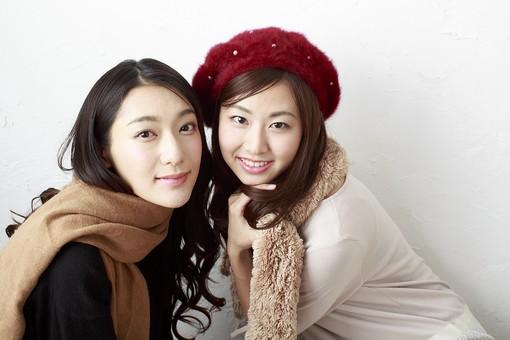 人物 日本人 女性 若い 女の子  20代 学生 大学生 2人 二人  友達 友人 仲良し かわいい キュート  屋内 白バック 白背景 ファッション 私服  カジュアル おしゃれ 冬 笑顔 寄り添う マフラー 帽子 ポートレート ベレー帽 mdjf009 mdjf010