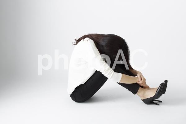 体育座りする日本女性13の写真