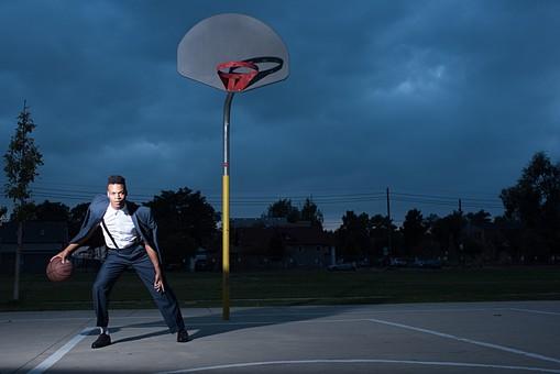 屋外 コート 人物 外国人 黒人 黒髪 男性 20代 30代 若者 スポーツ選手 アスリート モデル バスケット バスケットボール ボール ゴール スポーツ ワイシャツ ジャケット 上着 イケメン ハンサム かっこいい スタイリッシュ クール ファッション 練習 トレーニング 持つ 全身 カメラ目線 ドリブル mdfm054