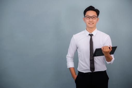 タブレットを持ってプレゼンする韓国人男性7の写真