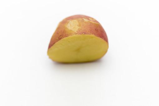 じゃがいも 赤い ポテト ジャガイモ じゃが芋 赤いも 芋 生き物 食べ物 食物 食料 食品 フード 食材 根菜 でんぷん 芽 赤 レッド 1個 白バック アップ 人物なし 屋内 新鮮 収穫 大写し 接写 切る 割る 切り口 半分 半割り 白背景