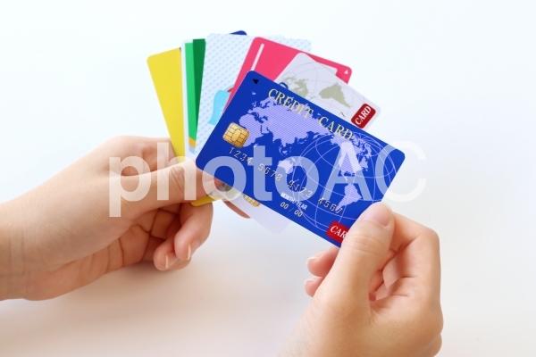 クレジットカードを持つ女性の手の写真